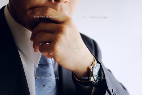 考えるビジネスマンの素材 [FYI00073247]