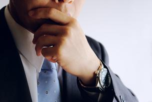 考えるビジネスマンの写真素材 [FYI00073247]