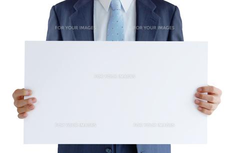 メッセージボードを持つビジネスマンの写真素材 [FYI00073257]