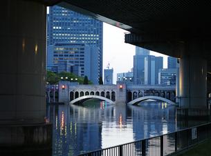 水晶橋とビル街の写真素材 [FYI00073316]