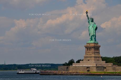 自由の女神とフェリーの写真素材 [FYI00073431]