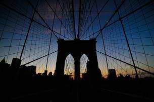 ブルックリンブリッジと高層ビル群の素材 [FYI00073439]