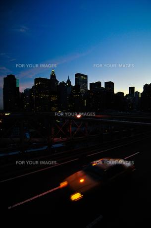 マンハッタンの高層ビル群とタクシーの素材 [FYI00073453]