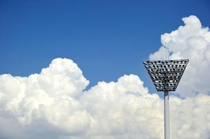 照明灯と入道雲の写真素材 [FYI00073537]