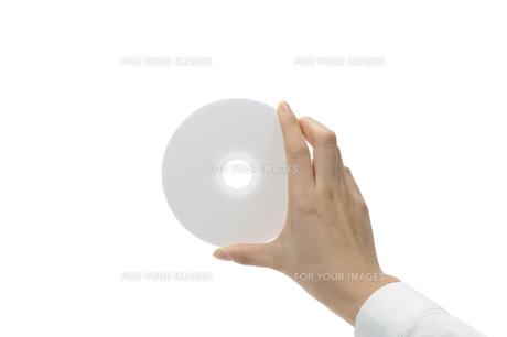 DVDを持つ手の写真素材 [FYI00073538]