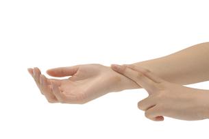 脈をとる手の写真素材 [FYI00073539]