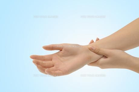 脈をとる手の写真素材 [FYI00073546]