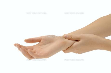 脈をとる手の写真素材 [FYI00073547]