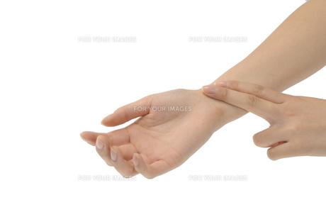 脈をとる手の写真素材 [FYI00073553]