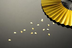 金の扇と紙吹雪の素材 [FYI00073576]