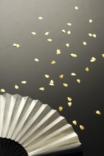 銀の扇と花吹雪の素材 [FYI00073578]