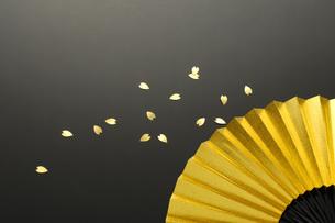 金の扇と紙吹雪の素材 [FYI00073593]