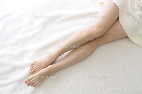 若い女性の足の写真素材 [FYI00073617]