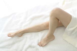 若い女性の足の写真素材 [FYI00073618]