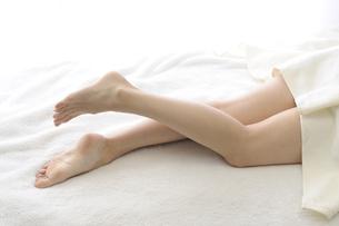 若い女性の足の素材 [FYI00073620]
