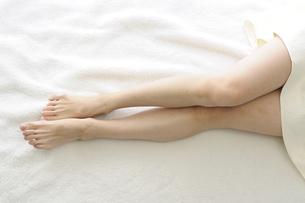 若い女性の足の写真素材 [FYI00073631]