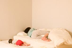 添い寝の写真素材 [FYI00073790]
