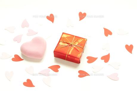 ハートとプレゼントの写真素材 [FYI00074300]
