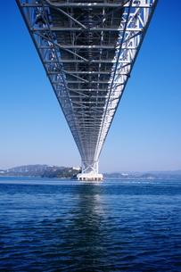 鳴門海峡に架かる大鳴門橋の写真素材 [FYI00075219]