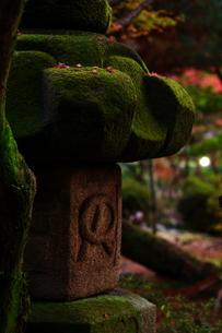 夕日に照らされた灯篭の写真素材 [FYI00075234]
