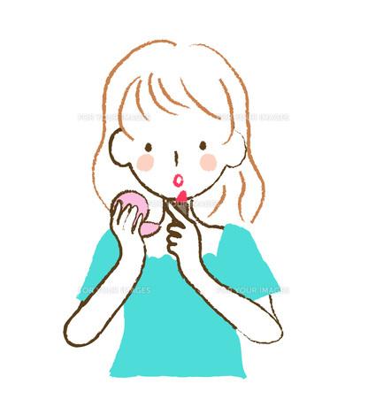 口紅を塗る女性の写真素材 [FYI00075857]