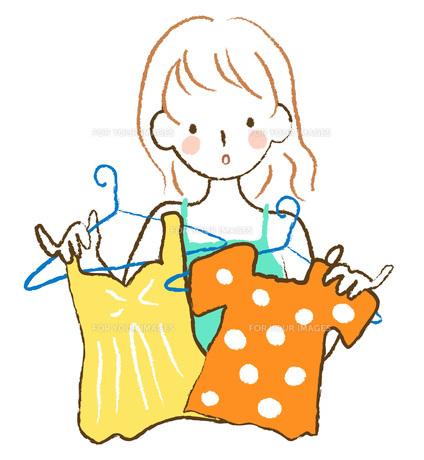 服を選ぶ女性の素材 [FYI00075865]
