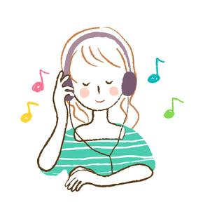 音楽を聴く女性の写真素材 [FYI00075892]