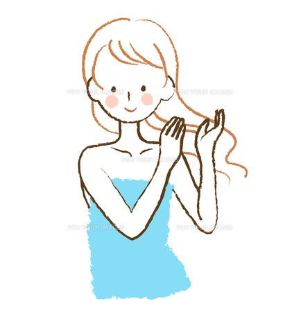 髪をなでる女性の写真素材 [FYI00075945]
