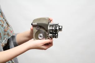 8mmカメラを持つ女性の写真素材 [FYI00076429]