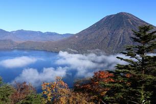 中禅寺湖と男体山の写真素材 [FYI00076493]