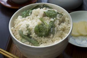 コゴミの炊き込みご飯の写真素材 [FYI00076656]
