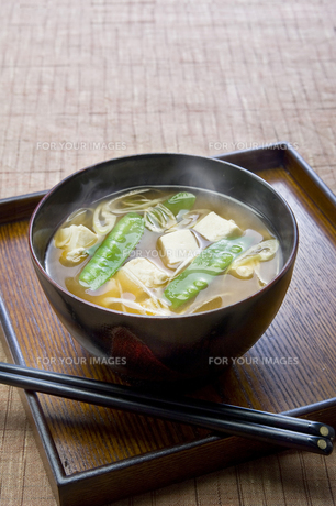 絹さやと豆腐の味噌汁の写真素材 [FYI00076686]
