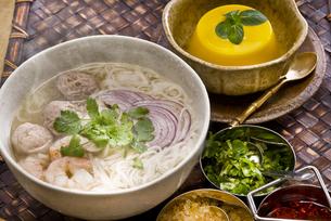 タイ風ライスヌードル肉団子入りとマンゴープリンの写真素材 [FYI00077106]