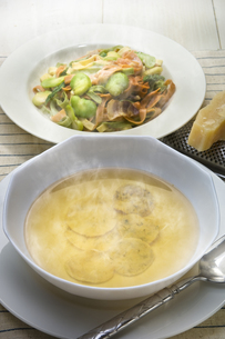 ラビオリスープと空豆の三色パスタの写真素材 [FYI00077312]