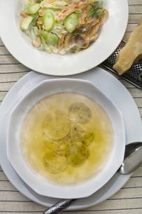 ラビオリスープと空豆の三色パスタの写真素材 [FYI00077314]