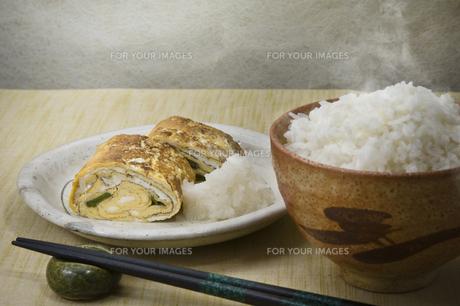 ご飯と卵焼きの写真素材 [FYI00077318]