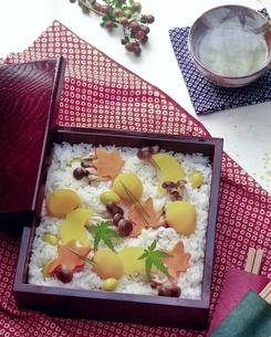 秋の炊き込みご飯の写真素材 [FYI00077470]