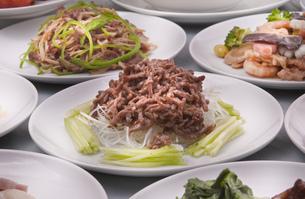 牛肉の炒め物と中華テーブルの写真素材 [FYI00077511]