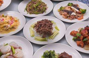 牛肉の炒め物と中華テーブルの写真素材 [FYI00077523]