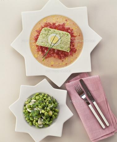 グリンピースのテリーヌと枝豆のハーブサラダの写真素材 [FYI00077562]