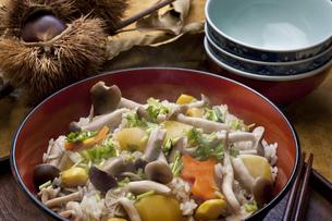 秋の炊き込みご飯の写真素材 [FYI00077621]