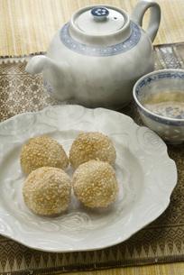 ゴマ団子と中国茶の写真素材 [FYI00077968]
