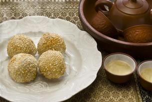 ゴマ団子と中国茶の写真素材 [FYI00077969]