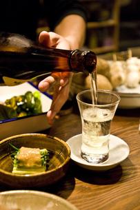 日本酒をつぐの写真素材 [FYI00078163]