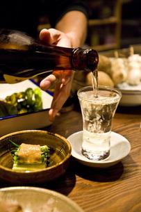 日本酒をつぐの写真素材 [FYI00078182]