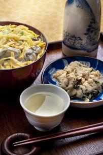 カキご飯と日本酒の写真素材 [FYI00078199]