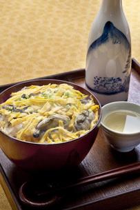 カキご飯と日本酒の写真素材 [FYI00078211]
