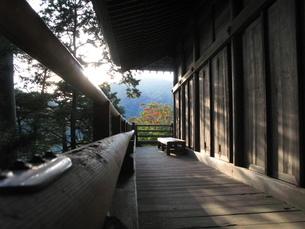 西日を浴びる廻廊の写真素材 [FYI00078217]