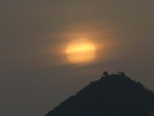 朝もやの日の出の写真素材 [FYI00079533]