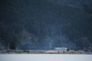 由良川沿いを走るローカル電車の写真素材 [FYI00080158]
